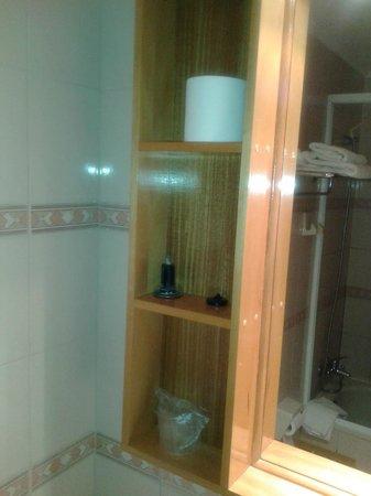 Hotel Miramonti: tapón roto en un estante del baño