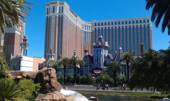 BEST WESTERN PLUS Casino Royale: klein duimpje tussen de giganten