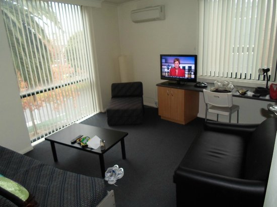 Albert Heights Serviced Apartments: TV / Lounge Room