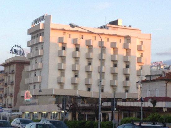 Hotel Diplomat Palace: vista dell'hotel dalla spiggia
