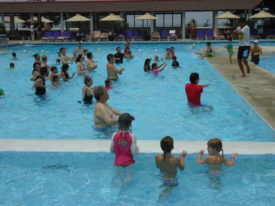 Club Med Phuket: piscine bourrée d'asiatique