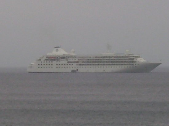 Bar-t-nique Guest House: A ship passing by