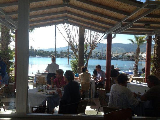 Kosta Palace: Breakfast on the marina