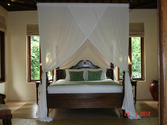 Warwick Ibah Luxury Villas & Spa: Four Poster bed with beautiful gauze curtains