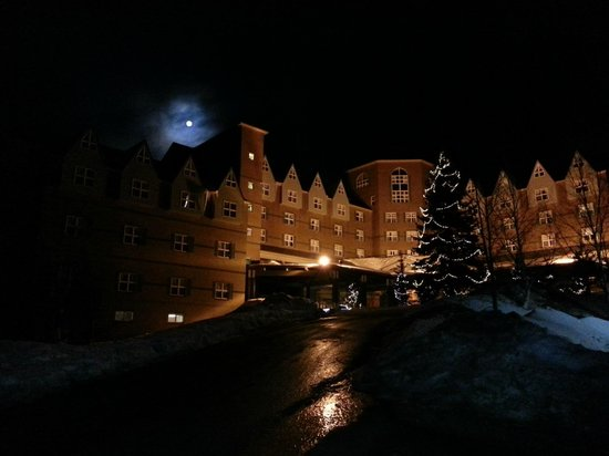Sugarloaf Mountain Hotel: Better shot of Shining-esque Sugarloaf hotel at night