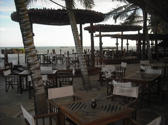 Ocean Sports Resort: The outdoor dining area (another dining room inside) leads directly to the shore