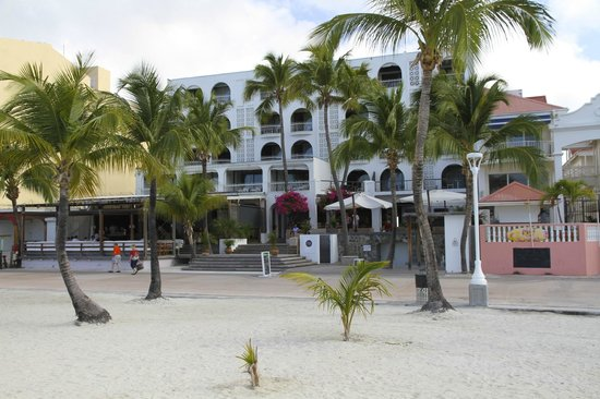 Holland House Beach Hotel: Perfect beach-front location