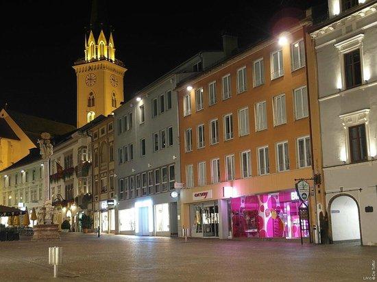 Romantik Hotel Post: Villach by Night mit dem Hotel Post (unter dem Turm)