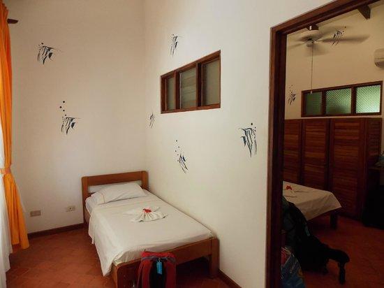 Hotel Samara Pacific Lodge: Vores værelse havde to gange det her, dvs to ekeltsenge og to dobbeltsenge samt to badeværelser