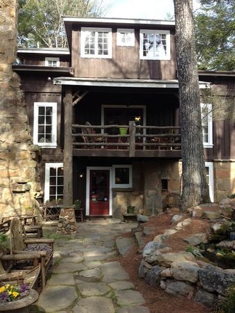 Lake Rabun Hotel & Restaurant: Front of the Lodge...