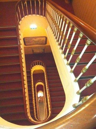 Grande Pensao Residencial Alcobia: лестница...