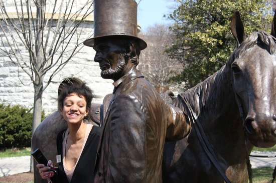 President Lincoln's Cottage : Our superb tour guide next to the Lincoln statue.