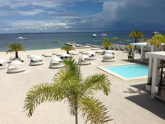 BE Resort, Mactan: Beach area with kids pool