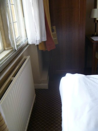 Cromwell Lodge: 12 inch gap between foot of bed and window