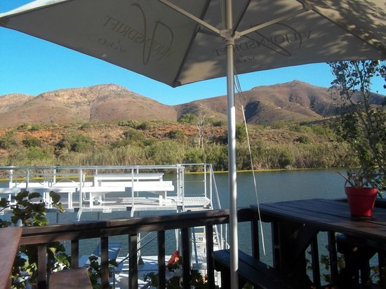 Viljoensdrift Wine Farm: Lovely dam and Mountainside
