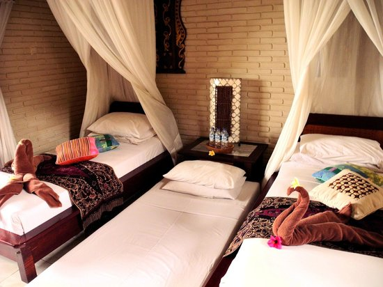 Puri Bayu Guest House: Twin bedroom with an extra bed