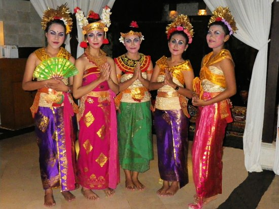 Karma Royal Jimbaran: Balinese dancing girls in restaurant