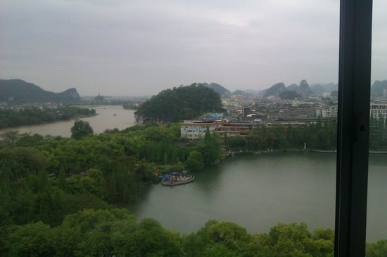 โรงแรมหลีเจียง วอเตอร์ฟอล: Room view: The river on the left, Shan lake on the right, Elephant Trunk Hill in between.