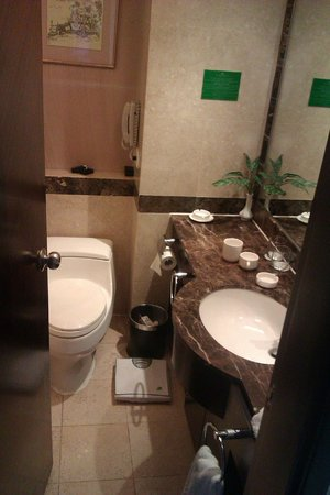 Lijiang Waterfall Hotel: Bathroom on executive floor