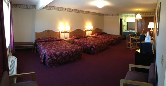 Spinning Wheel Inn: Family Suite with 3 Queen Beds in Panoramic Format