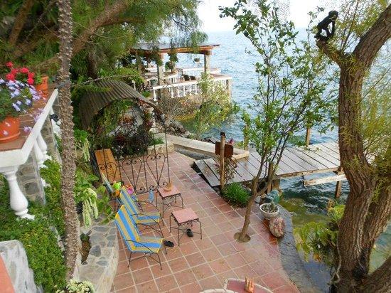 La Casa del Mundo Hotel: Dock/sitting area