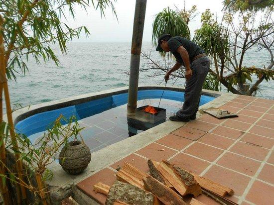 La Casa del Mundo Hotel: Wood heated hot tub