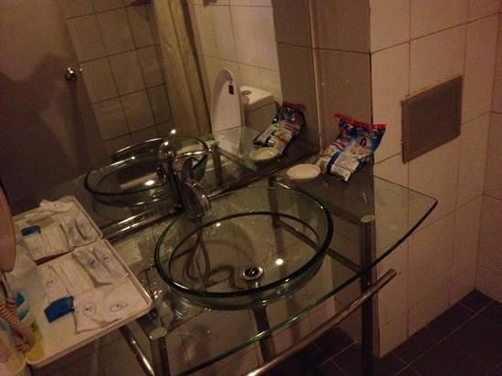 City Central Youth Hostel: bathroom sink