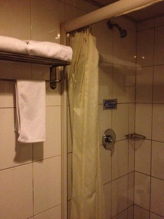 City Central Youth Hostel: mouldy shower