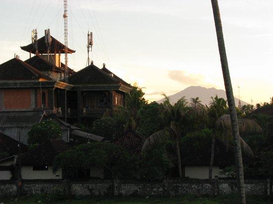 Sativa Sanur Cottages: ons uitzicht op vulkaan Agung