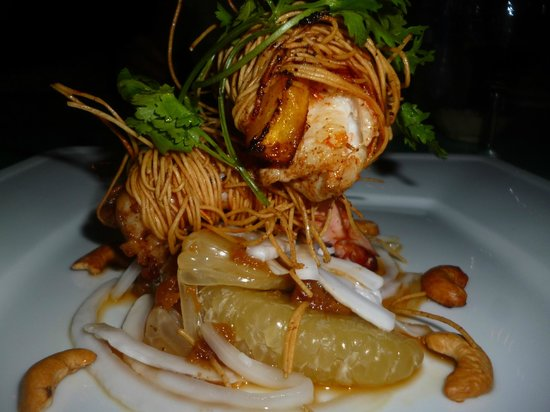 Freedomland Phu Quoc Resort: prawns and mango wrapped in noodles with pomelo salad