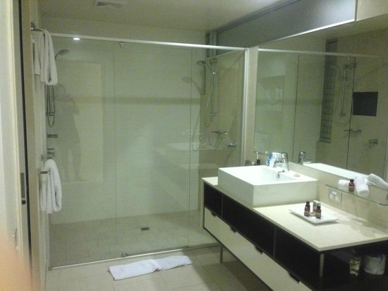 Peppers Noosa Resort and Villas: ensuite with two shower heads