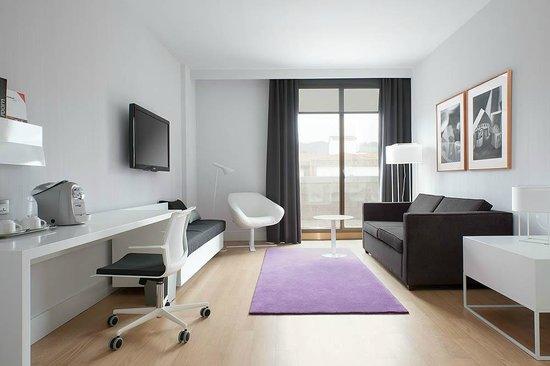 NH Collection Villa de Bilbao: Suite lounge and terrace.