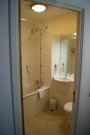 Premier Inn Kendal Central Hotel: Bathroom