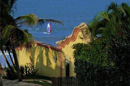 Manary Praia Hotel: Pórtico com mar ao fundo