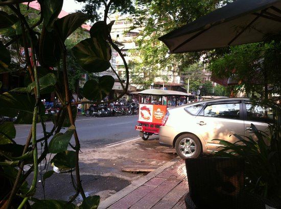 Monsoon Boutique Hotel: early in the morning in front of the hotel