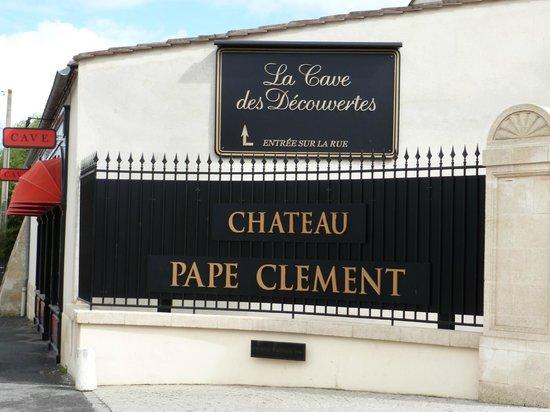 Château Pape Clément: ES la fachada principal del Chateau, que se vé desde la carretera