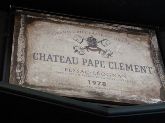 Château Pape Clément : Es una placa que se encuentra dentro de la tienda del Chateau