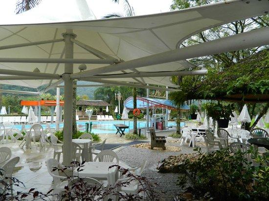 Fazzenda Park Hotel: Piscina externa con caidas de agua.
