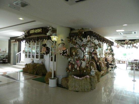 Fazzenda Park Hotel: Zona del comedor decorada por Pascuas.