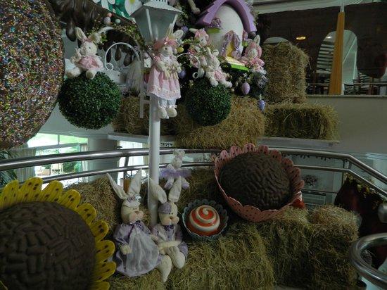 Fazzenda Park Hotel: Decoracion de conejos de Pascuas en la planta baja del hotel.