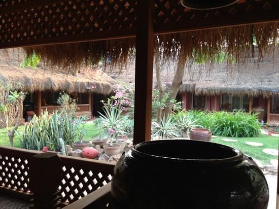 Kaday Aung Hotel : Zicht vanaf zitje voor kamer.