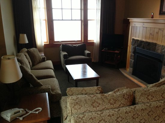 The Lodge at Mount Magazine: Living area in King Suite