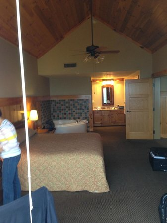 The Lodge at Mount Magazine: Bedroom area King Suite