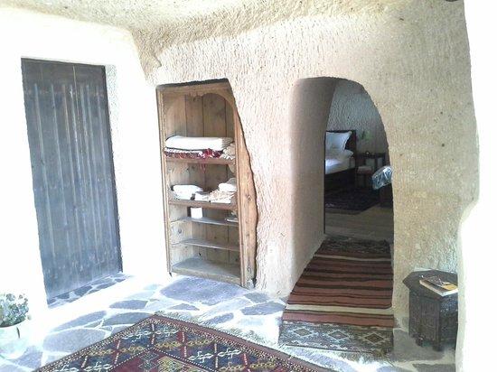 Takaev Cave Hotel: Mağara suiti girişi
