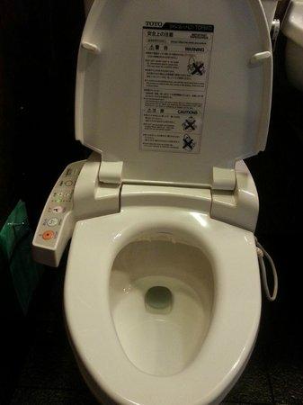 Hotel Monterey Akasaka : Monterey Aksaka's modern Japanese-style toilet.