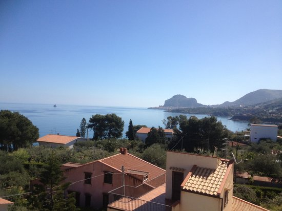 Hotel Baia del Capitano: View of Cefalù from the roof terrace