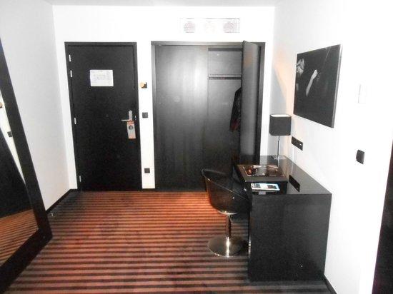 Hotel Be Manos, BW Premier Collection: Couloir d'entrée spacieux