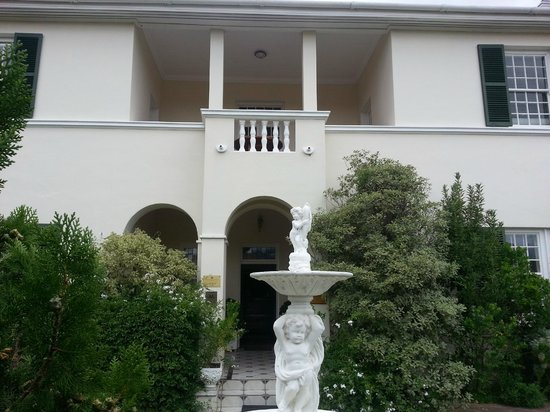 La Fontaine Guest House: The fountain and front entrance.