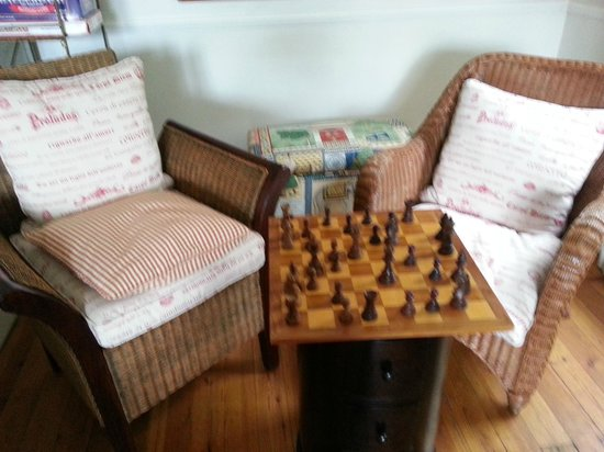 La Fontaine Guest House: Chess in the lounge area.