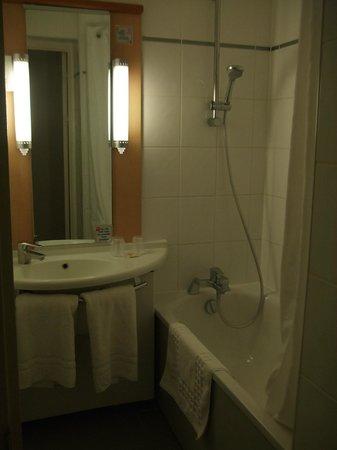 إيبيس لندن هيثرو إيربورت: bathroom